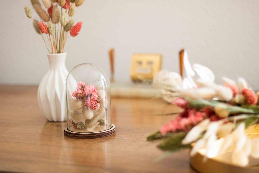 Trockenblumen in Dekohaube