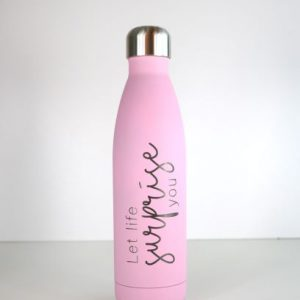 Iso-Flasche in Pink. Mit Spruch: Let life surprise you